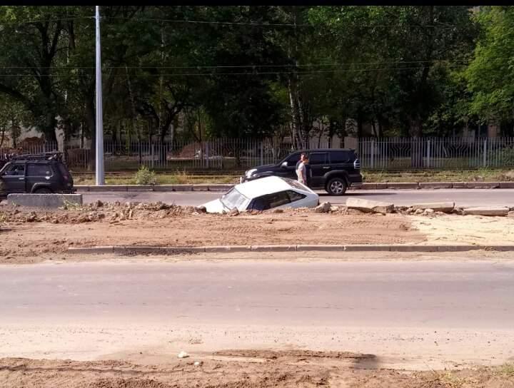 В Харькове автомобиль провалился под асфальт (Фото)