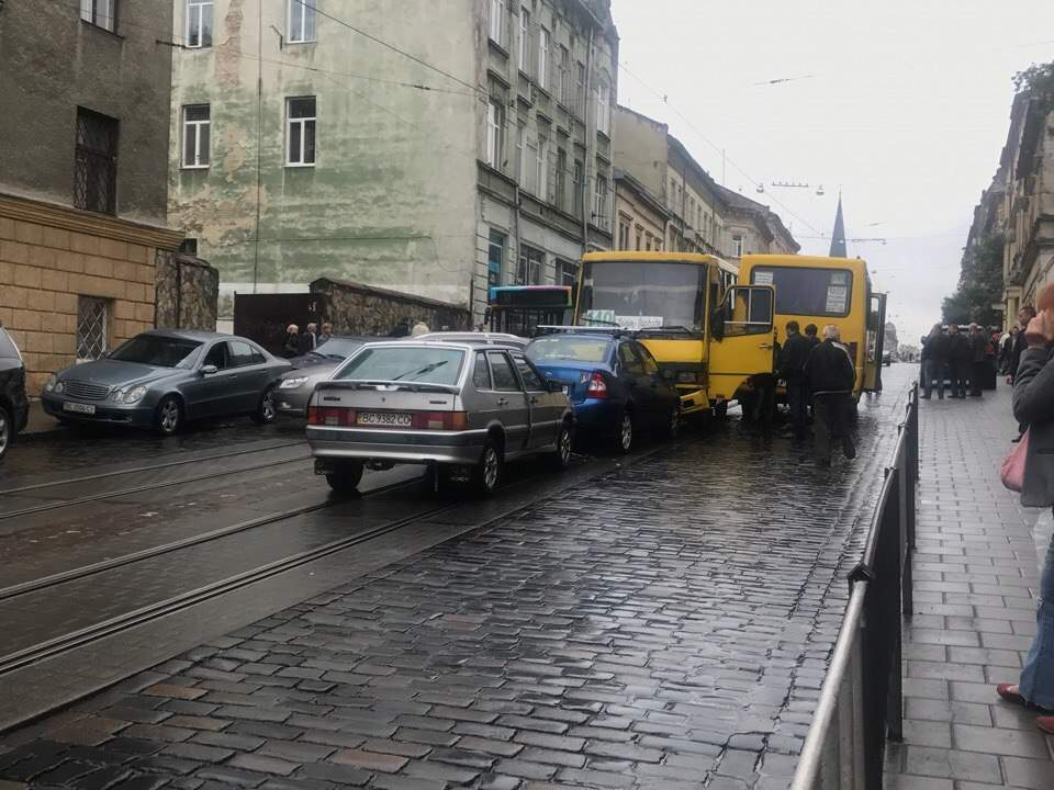 Во Львове легковой автомобиль столкнулся с автобусом: есть пострадавшие (фото)