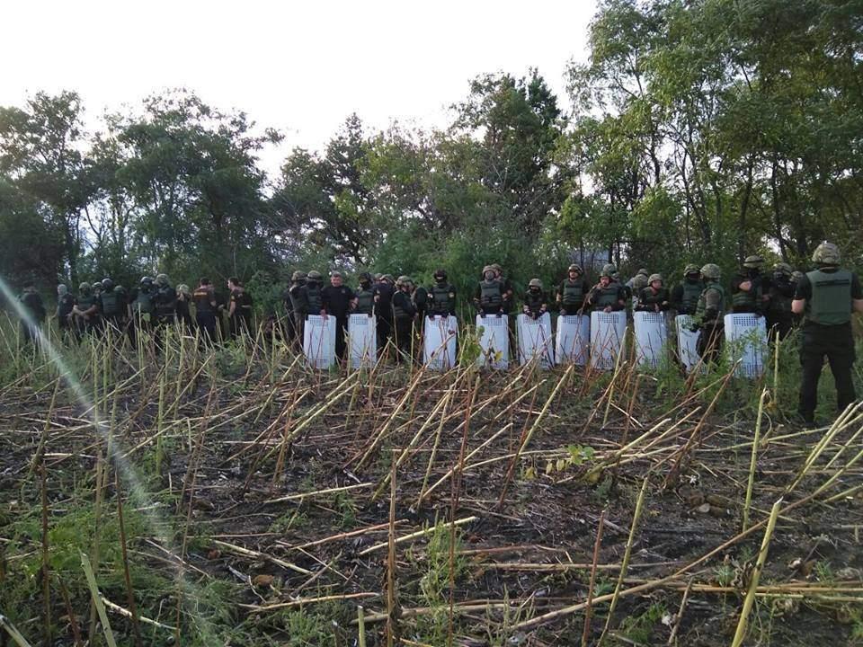 На Днепропетровщине фермеры  «воюют» с рейдерами: в село «нагрянул» спецназ полиции и экс-бойцы «Донбасса» (фото)