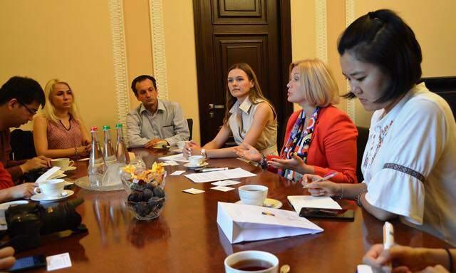 Геращенко ознакомила китайских журналистов с политическими реалиями Украины (фото)
