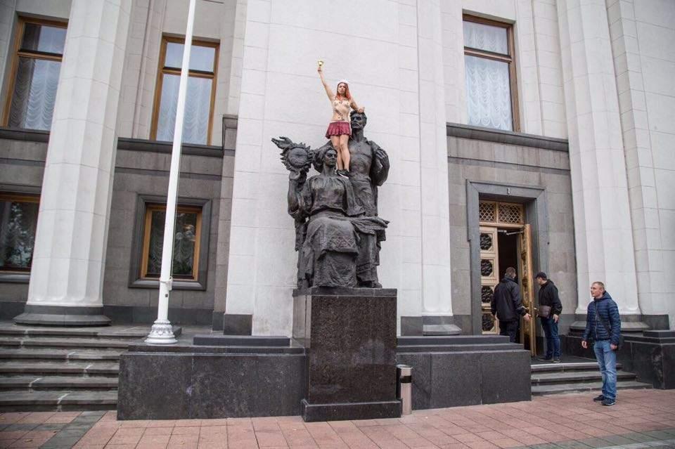 """Под украинским парламентом прошел """"голый"""" перфоманс (Видео)"""