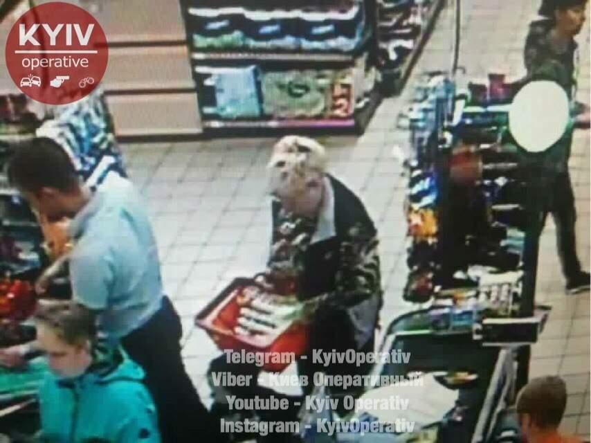 «Ювелирно сработала»: в Киеве карманница украла дорогой браслет прямо в супермаркете (фото)