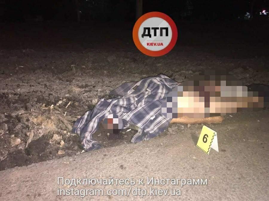 В Киеве около гиперрмаркета пешеход прыгнул под колёса «Мерседеса» (фото)