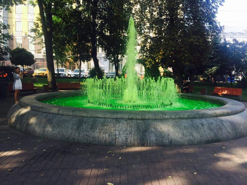 «Фонтан в стиле «Шрек»:  в столице вандалы «покрасили» фонтан (фото)