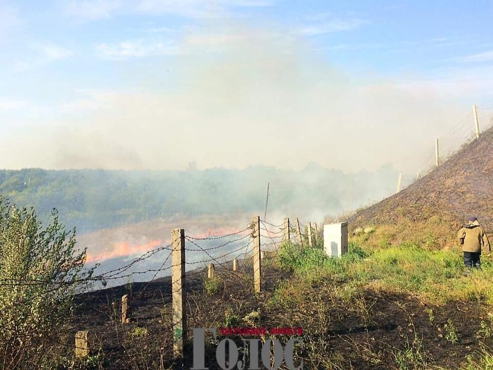 Запорожские пожарники пытались погасить горящий остров Хортица (Фото)