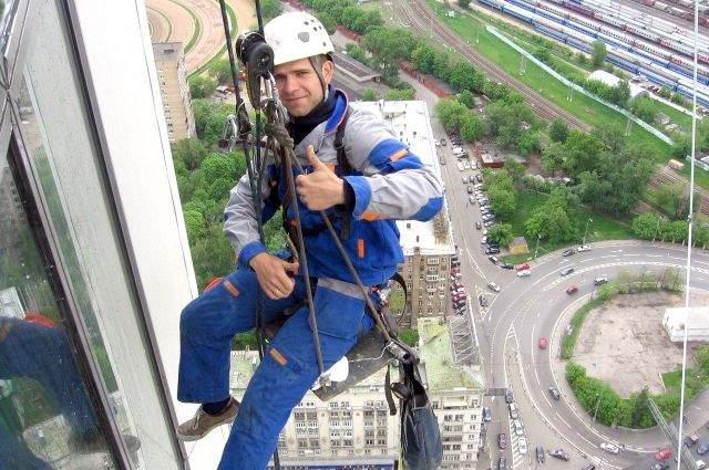 «Чудеса на виражах»: в Харькове бдительная пенсионерка отрезала трос строителей-альпинистов, приняв их за воров