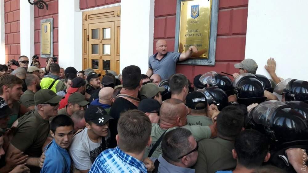 Штурм одесской мэрии: Сотни людей пытаются выбить двери здания (Фото)