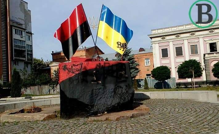 Акт вандализма в Черкассах: Неизвестные осквернили памятник Бандере и Шухевичу (Фото)