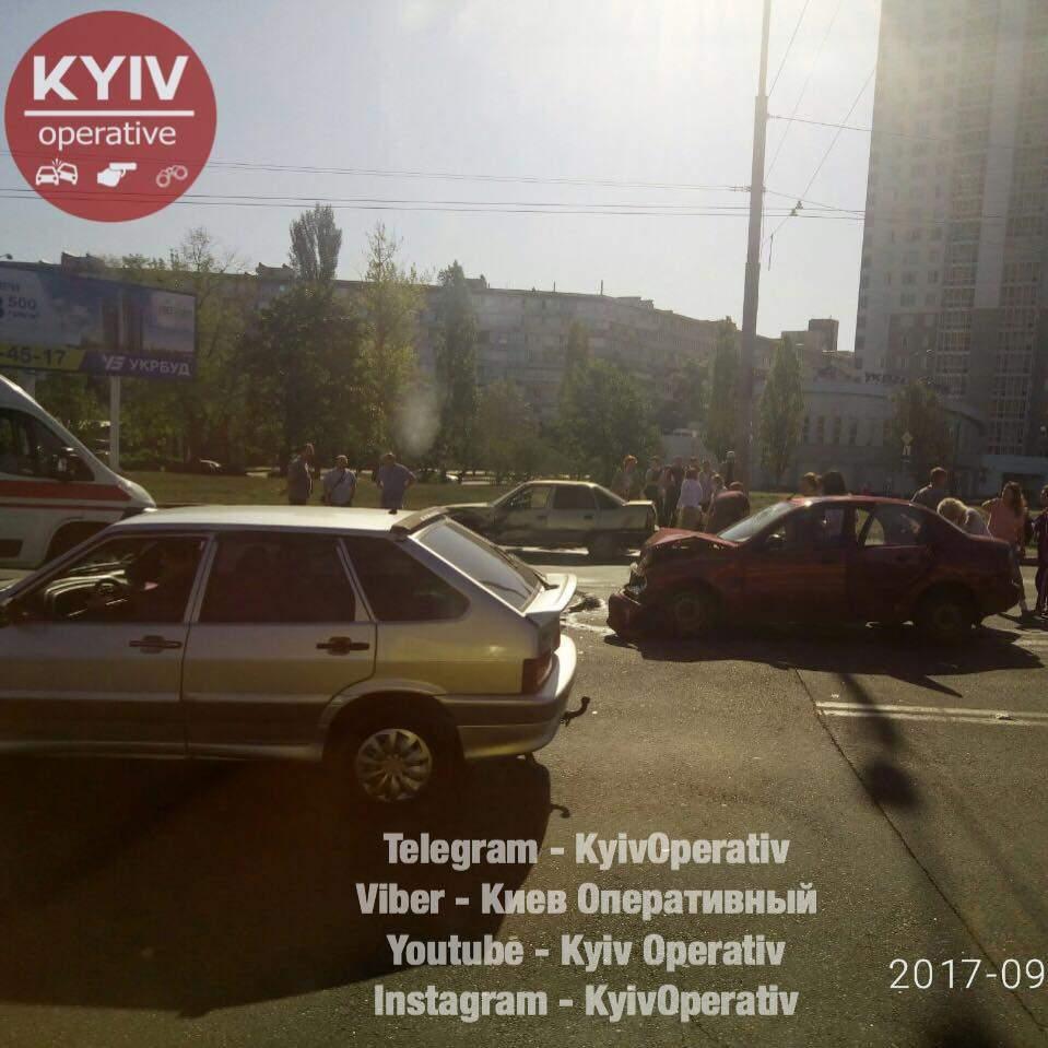 В Киеве два автомобиля «Дэу» не поделили дорогу:  авто отбросило на обочину ( видео)
