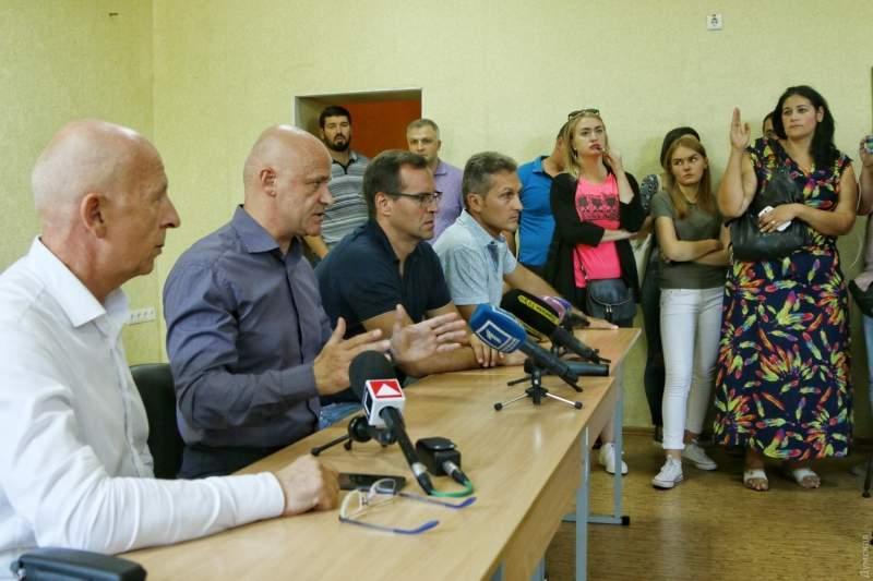 «Мы построили лучший лагерь»: на встрече Труханова с родителями погибших его чуть не закидали яйцами