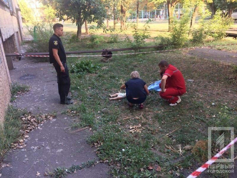 Под Днепром годовалый ребёнок выпал из окна, облокотившись о москитную сетку (фото)