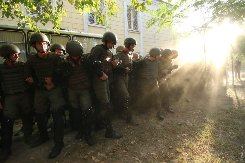 Штурм здания суда в Черноморске: Полиция вынуждена применять слезоточивый газ (Фото)