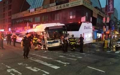 В результате столкновения автобусов в Нью-Йорке погибло 3 человека, еще 15 были ранены