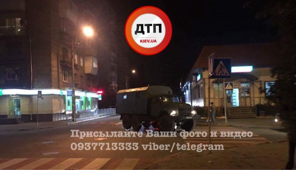 В Киеве столкнулись авто военных и мопед (Фото)