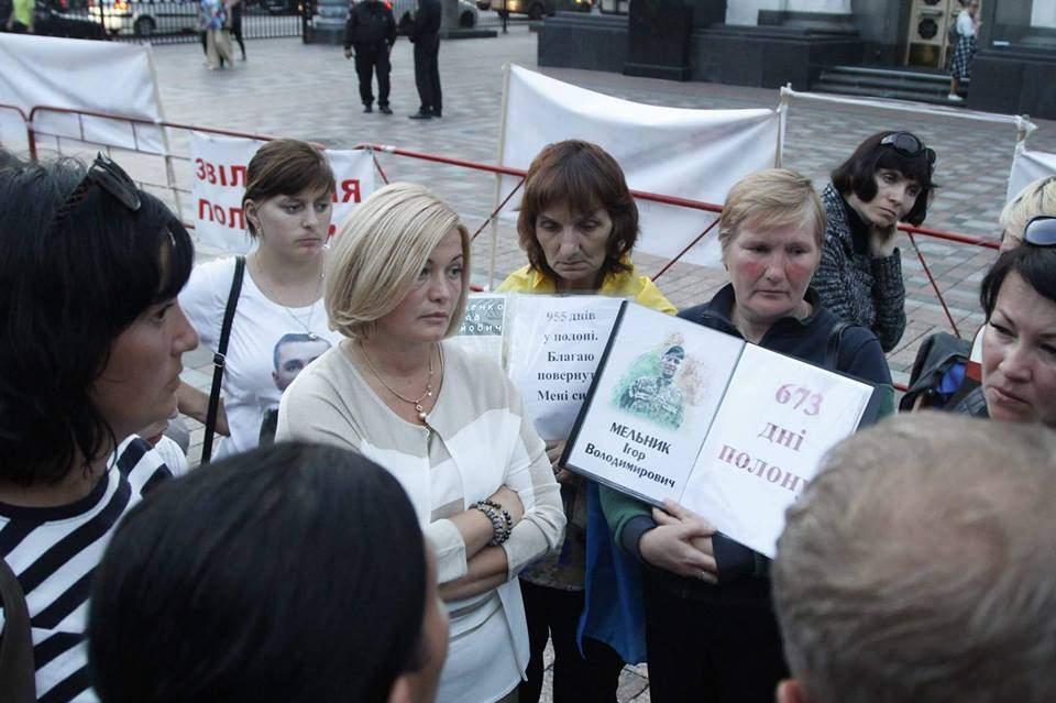 Акция за освобождение пленных на Донбассе продолжается. Волонтеры оказывают протестующим помощь