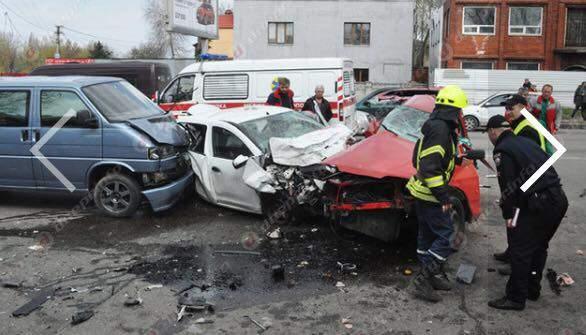Тройное ДТП превратило авто в бесполезный металл (Фото)