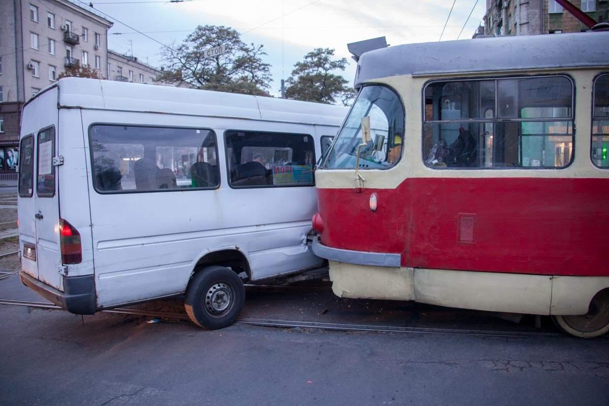 В Днепре маршрутка «поцеловалась» с трамваем (фото)