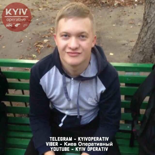 В Киеве трое  парней напали с ножом на девушку, но жертва дала отпор (фото)