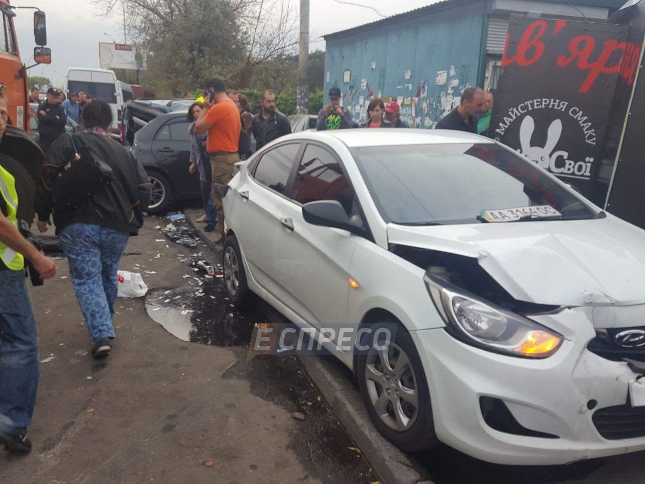 В Киеве произошло масштабное ДТП при участии 5 автомобилей: есть пострадавшие (фото)