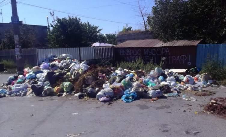 В Одессе посреди улицы образовалась огромная свалка отходов (фото)