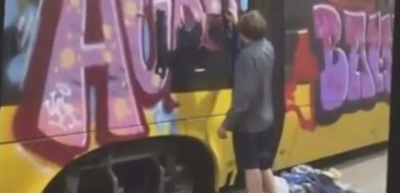 В Польше украинца приковали цепью к трамваю за акт вандализма (видео)