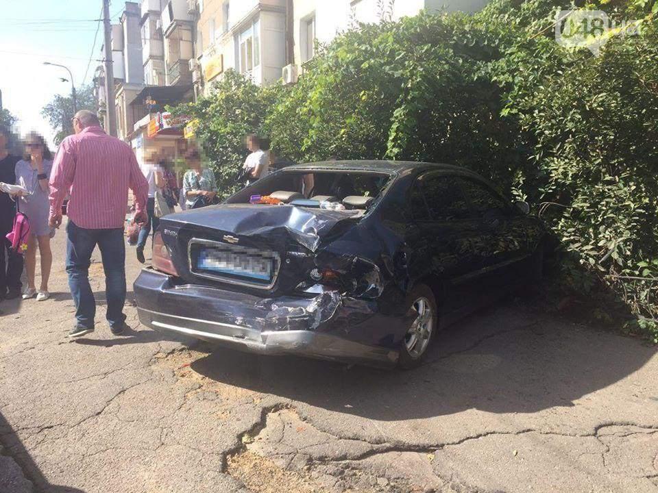 Неудержимый: в Одессе маршрутное такси вытолкнуло с проезжей части легковушку (фото)