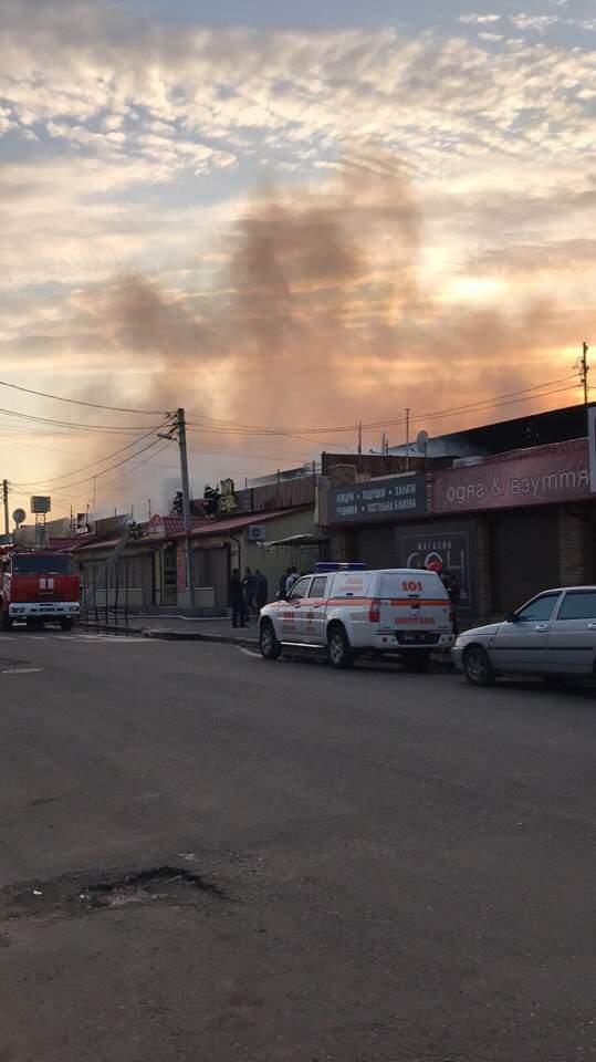 В Полтаве бушует пожар на центральном рынке: огнём охвачены несколько павильонов (видео)