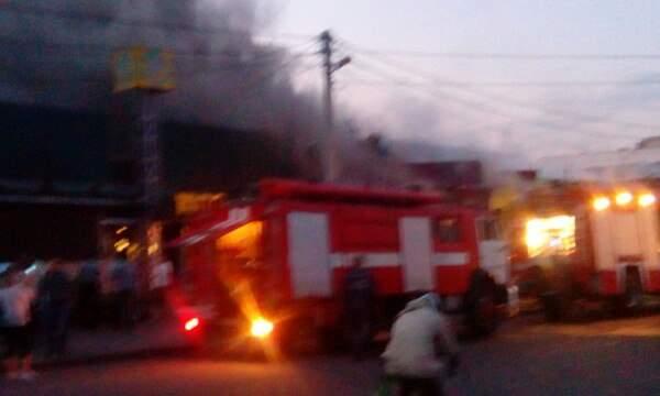 Хроника пожара в Полтаве: на рынке царят хаос и паника, травмирован спасатель ГСЧС (фото)