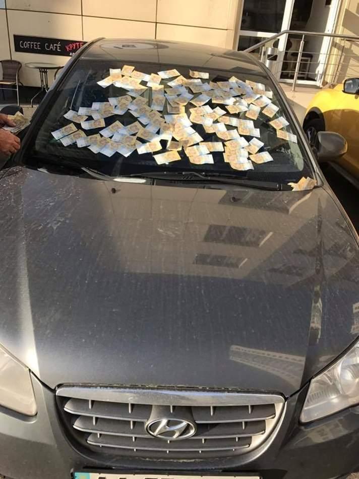 «Дорогой» автомобиль: в Киеве заметили обклеенный гривневыми купюрами Hyundai (фото)
