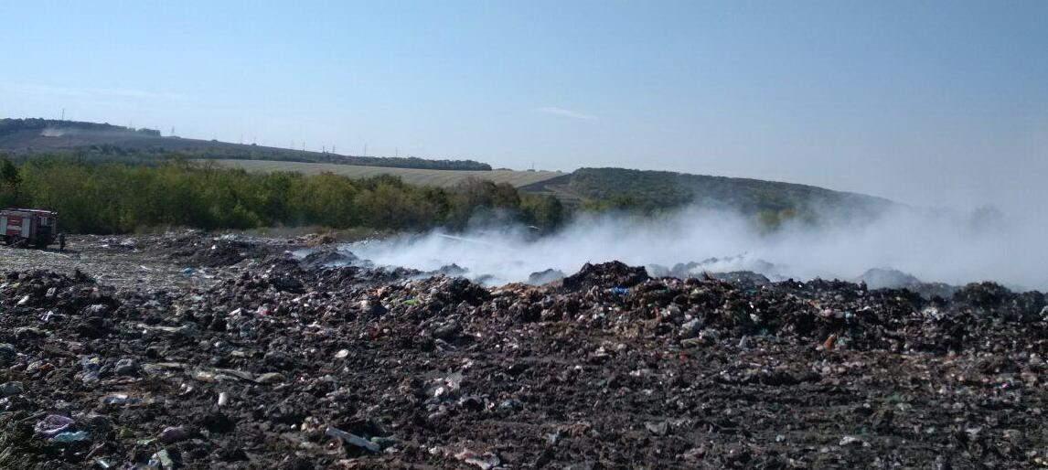На Харьковщине спасатели сутки не могли локализовать пламя  на мусорном полигоне