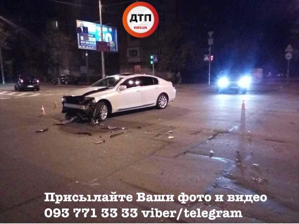 В Киеве в результате ДТП легковушка снесла светофор и протаранила забор (фото)