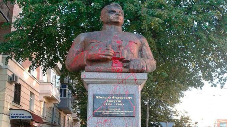 В Полтаве вандалы облили красной краской памятник Ватутину (фото)