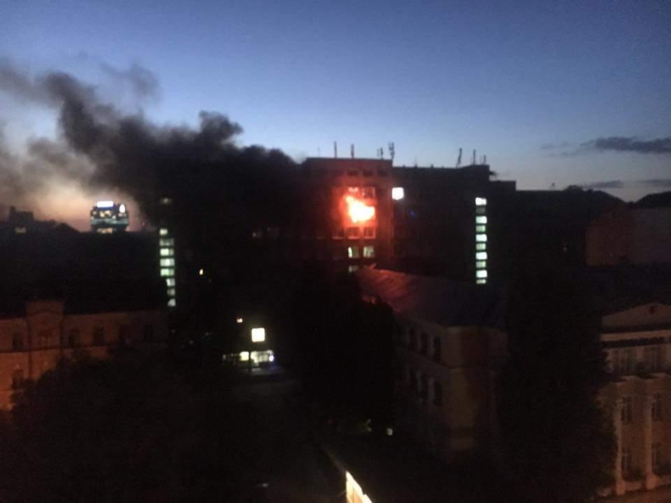 В Киеве в университете пищевых технологий произошёл масштабный пожар (фото)