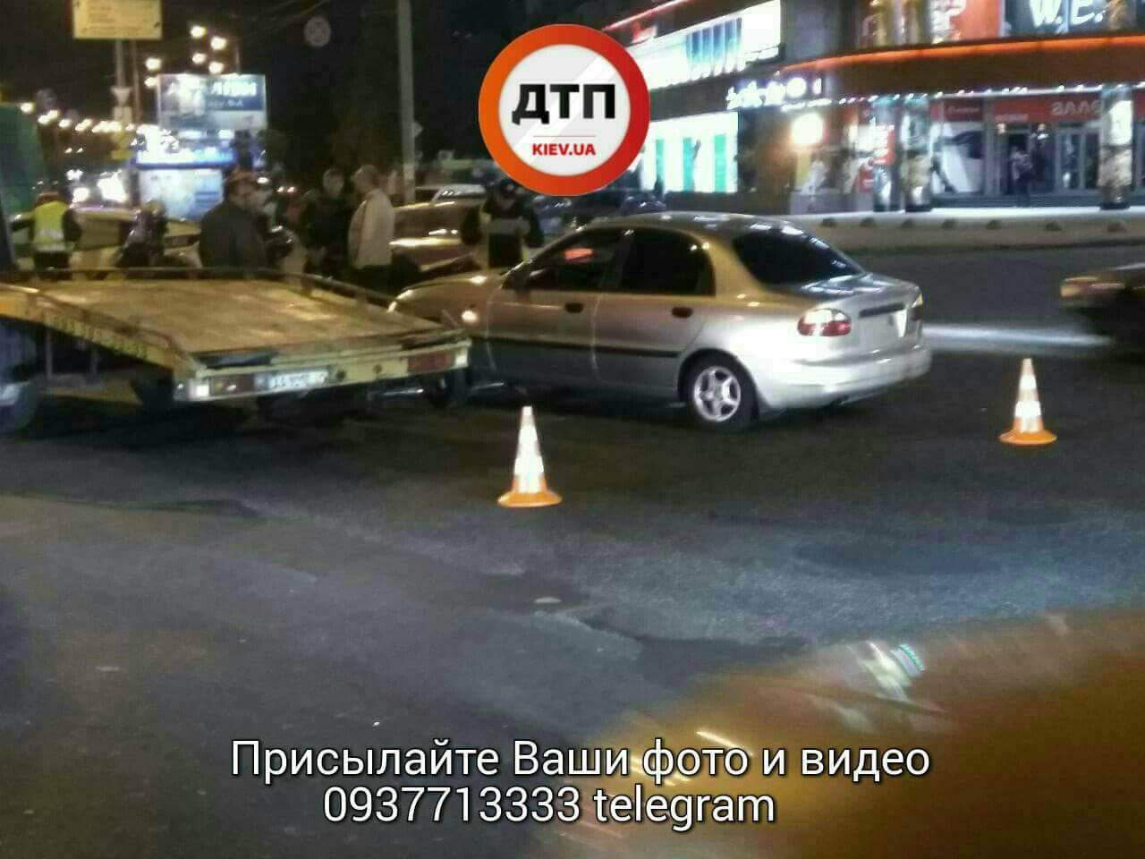 В Киеве произошло столкновение мотоцикла и легковушки (фото)