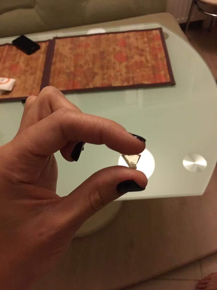 «С риском для жизни»: одессит обнаружил в пицце осколок стекла (фото)
