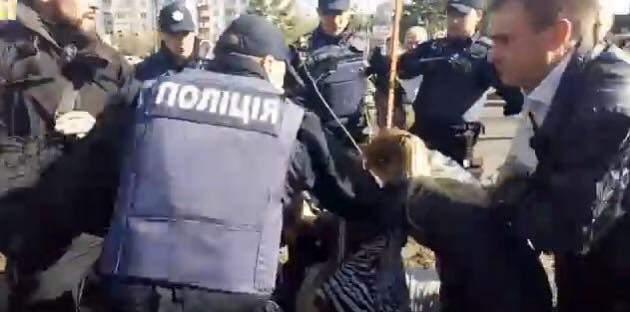 В Киеве полиция слезоточивым газом разгоняла активистов-противников строительства АЗС: есть пострадавшие (фото)