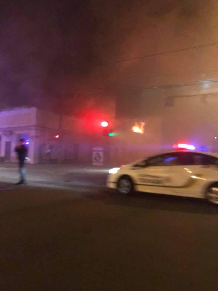 Последствия ночного пожара в Одессе: несколько квартир превратилось в пепел из-за пункта приёма макулатуры (видео)