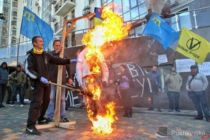 В Одессе подожгли чучело с лицом российского лидера (Видео)
