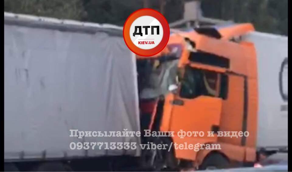 «Крупное» ДТП: под Киевом столкнулись две фуры (фото)