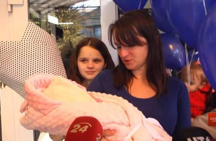 «Конец истории Ромео и Джульетты?»: во Львове 12-летняя мама выписывалась из роддома без возлюбленного (фото)