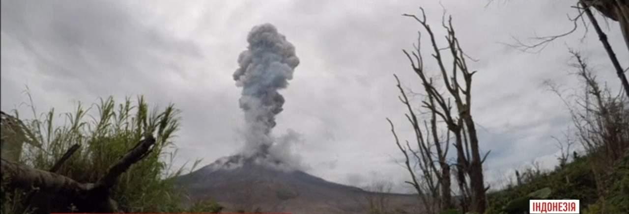 Видеоблогер случайно снял зрелищные кадры извержения вулкана в Индонезии (видео)