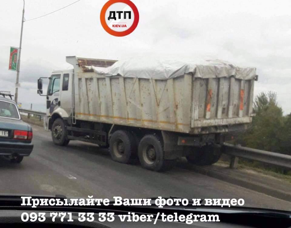 В Киеве у грузовика во время движения отказали тормоза (фото)