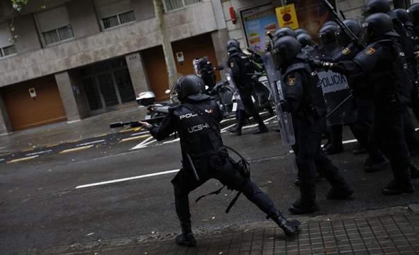 Почти полтысячи человек ранены в результате стычек в Каталонии
