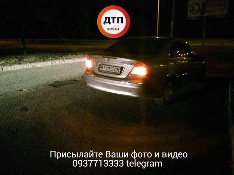 Невнимательный киевлянин угодил под колеса авто (Фото)