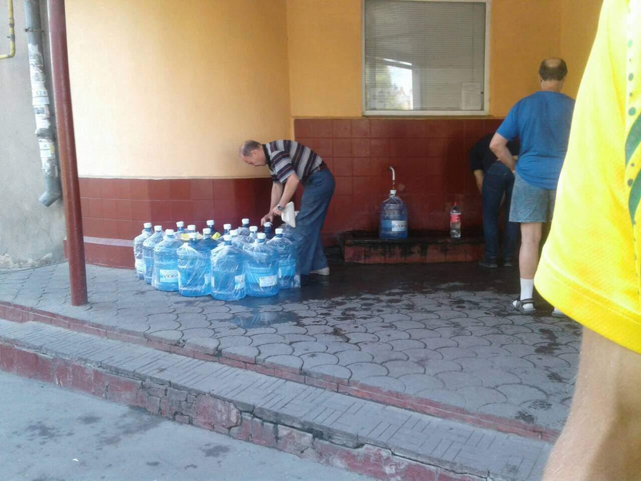 Фотофакт: в Одессе фирма по доставке воды набирает воду в уличных бюветах (фото)