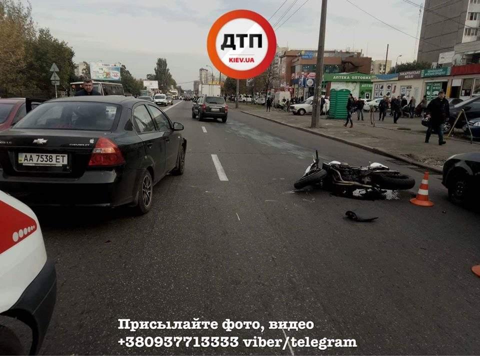 В Киеве произошло масштабное мото-ДТП. Есть пострадавшие (Фото)