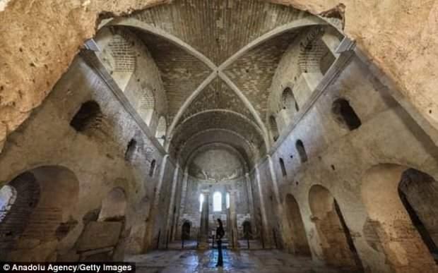 На территории Турции обнаружили потайную гробницу святого Николая (фото)