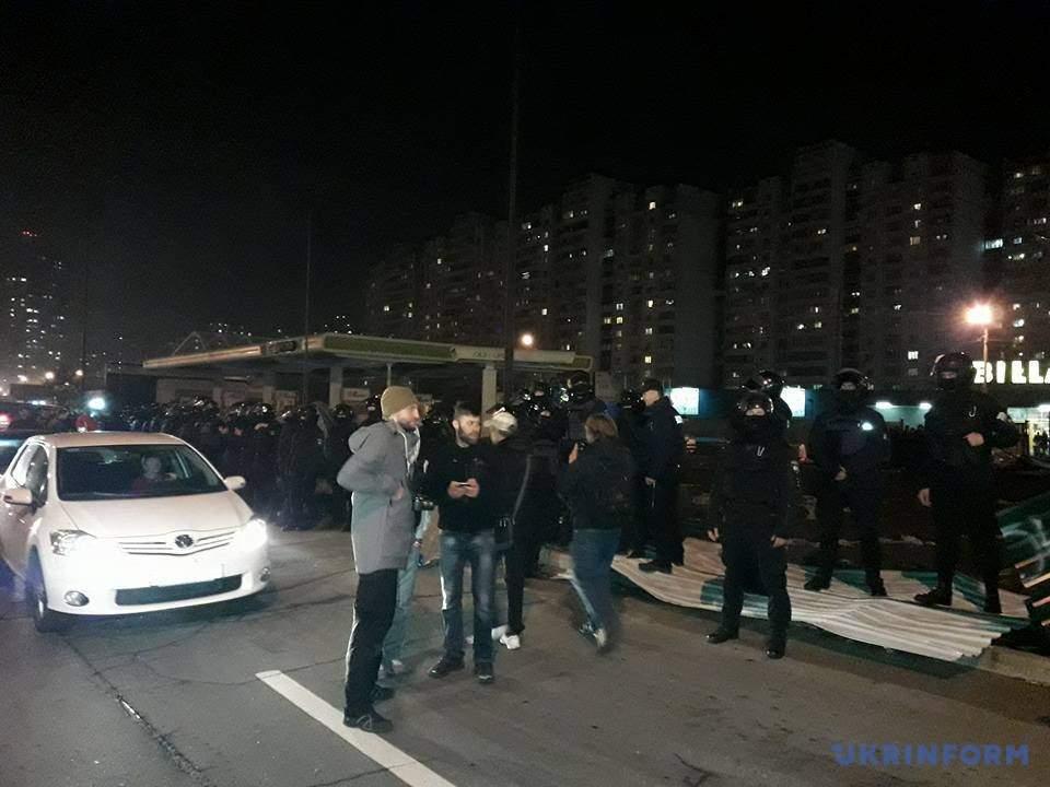 В Киеве митингующие разгромили заправку (фото)