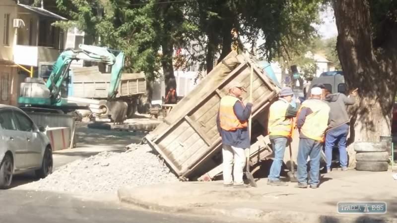 В Одессе грузовик провалился под землю (фото)