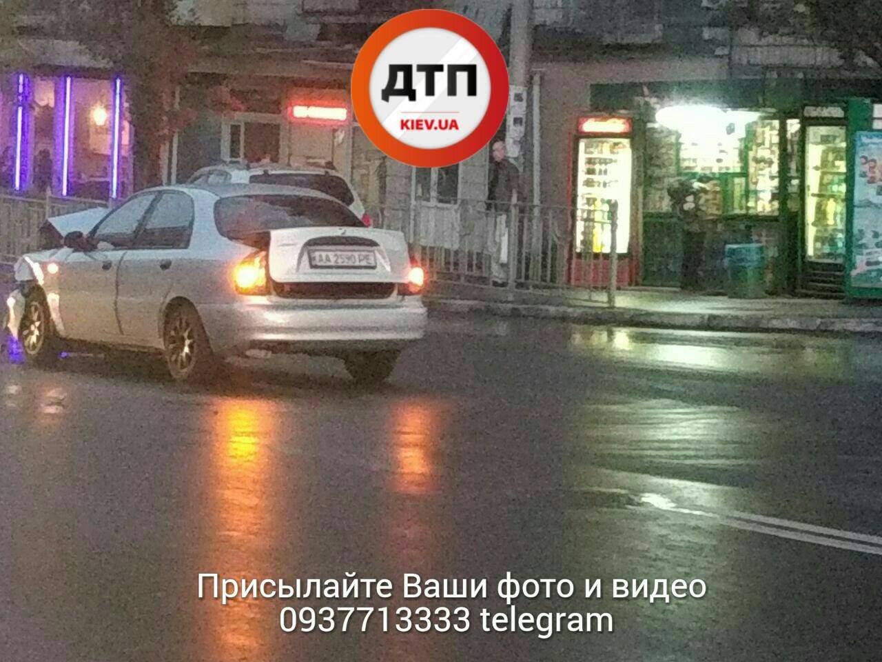 ДТП в Киеве: от удара автомобиль развернуло и отбросило на встречку (фото)